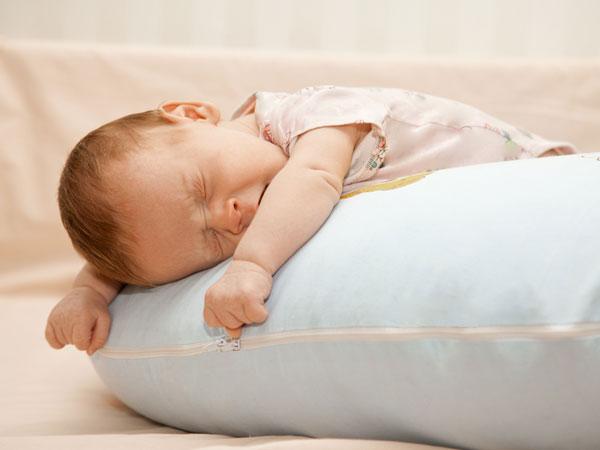 નાના બાળકને સુવડાવતી વખતે તકિયો કેમ ના લગાવવો જોઈએ?