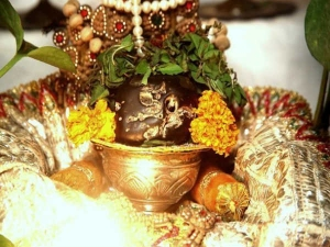 Puja Items That Bring Bad Luck When Kept On Floor